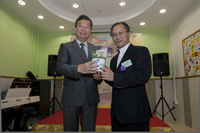 Dr Ip presented the souvenir to Mr. Au