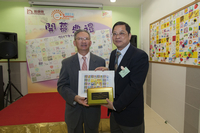 Mr. Yuen presented the souvenir to Mr. Siu of Wah Fu Housing Office
